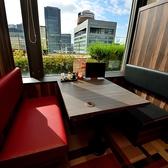 【見晴らしのいい窓側テーブル席】緑やビルの夜景をお楽しみください♪