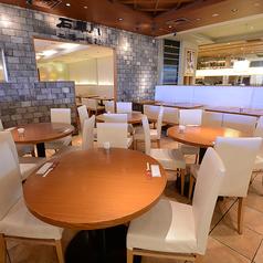 1~4名様丸テーブルのダイニング席。隣接店舗との壁が低くく、開放感あふれる空間。お食事に、お仕事帰後の飲み会に、少人数でお料理をわいわい囲めます、丸いテーブルが魅力です。