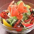 料理メニュー写真スモークサーモンとベーコンのシーザーサラダ