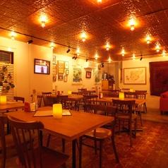 【1F】木目調のお洒落なテーブルは心落ち着きます。ソファ席もご用意。1フロアのみの貸切の場合、35名まで◎