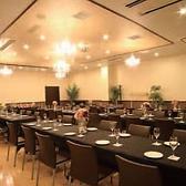 レストランフロアとは離れたスペースにある独立型バンケットルームで、他のお客様を気にせず存分に楽しめます。150インチの大画面に投影できるプロジェクター、マイクなど音響設備、照明、控室は無料でご利用OK。同窓会、謝恩会などの宴会はもちろん、結婚式・二次会パーティーにも人気です。