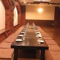 広い座敷は人数やシーンに合わせて、席のレイアウトも自由に変更できます。会社宴会など、大人数の宴会もOKです。