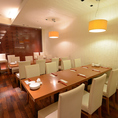 店内奥の半個室風のお席は16名様着席可能!会社や仲間内でのご宴会にいかがでしょうか。 落ち着いた雰囲気でゆっくりお食事をお楽しみ下さい。