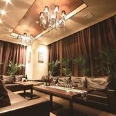 ドラマのワンシーンに出てくるようなリゾート個室。家にいるかのように寛いでしまうソファとインテリアが魅力の完全個室席。