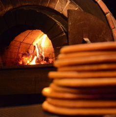 【3F】石窯に一番近いカウンター席☆ピザが焼きあがった際は良い香りが立ち込めます♪