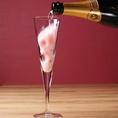 ピンクの綿あめをシャンパングラスに入れてスパークリングワインを目の前で注がせていただきます。かわいくて動画や写真を撮ってSNSに載せたくなる一品!女子会での乾杯にピッタリ♪すがすがしい酸味と柑橘系の爽やかな香り、アルコール度数8.5%と飲みやすく、心地よい清涼感のアンジュエール・ブリュットを使用★