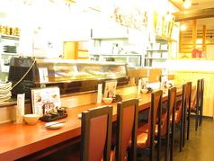 調理場が目の前に見える臨場感たっぷりのカウンター席です。お一人様でも落ち着いてお食事やお酒を楽しんで頂けます。デートやご友人同士のお客様にも人気のお席です。