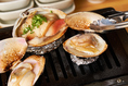 【カウンター席限定!!】料理人が調理する貝料理も絶品ですが、ご自身で焼く貝もおいしそうな香りを感じながら焼けるのを待つのも貝料理居酒屋ならではの醍醐味!!貝が焼ける間には店主厳選の日本酒やワインなどをゆったりとお楽しみ下さい…