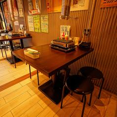 使い勝手のいいテーブル席は友人や家族、会社の同僚と、サク飲みや飲み会、晩ご飯利用などシーンに合わせてご利用いただけます♪テーブルごとに換気ダクトも設置しているので換気も感染症対策も徹底!