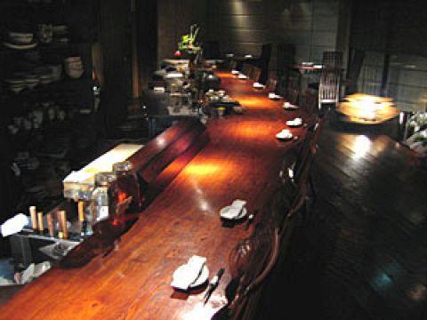他店では売っていないオリジナルの日本酒と毎朝築地から仕入れる新鮮な魚がウリ。