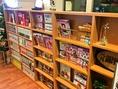 待っている間の暇つぶしにどうぞ◎店内には漫画や雑誌が多数置いてあります。お一人様でもお好み焼きが焼ける間にのんびりと本を読んで待つことができますよ。