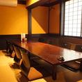 <2階 座敷>飴色に磨き上げられた座卓は8名様までご着席いただくことが可能。お席の間隔を広めに取っているので窮屈感がなく、ゆったりとお過ごしいただけるお席です。小~中規模でのご宴会シーンなどにも是非ご利用ください。