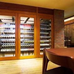 店内は、様々なシチュエーションに合わせて、5つのゾーンを楽しめる空間になっています。ワインセラーが並ぶ最大380本収容可能なセラーを眺めながらの食事も魅力的★おいしいワインとお料理を是非ご堪能ください!