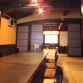 <2階 座敷>中規模宴会に最適なお座敷席は、人数に合わせてお席を10名・20名などレイアウト変更可能となっております。大人数でのご利用の際には、お部屋の仕切りを開放して続きの間としてご利用いただくこともできます。