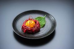 料理メニュー写真こだわり馬肉の桜ユッケ