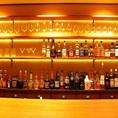 バーカウンターに並ぶ数々のボトルは圧巻の一言!!バーテンダー特製のカクテルをお楽しみいただける特等席です★お一人様はもちろん、カップルのお客様にも最適な空間!落ち着いた店内でゆったり食事とお酒をご賞味ください。