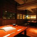 落ち着いた温かな照明の座敷の個室です。