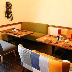 肉食女子会はココで決まり!おしゃれな柄のかわいいソファー席は人気のお席です♪2名~10名様までご案内可能です。