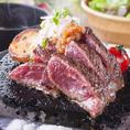 こだわりの地鶏料理の他にも、美味しいお肉料理が盛りだくさん。黒毛和牛や黒豚などブランドお肉もリーズナブルにお召し上がり頂けます。お得な宴会コースでも、惜しみなく使用しておりますので是非お試し下さいませ。最大3時間飲み放題付きの宴会コースは3480円~各種。食べ飲み放題プランは3300円にてご用意。