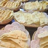 【パパド(豆のせんべい)】インドのおせんべい。「おせんべいの元」を油で揚げたものです。チャナ豆の粉で出来た生地にスパイスが練りこまれています。