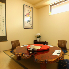 【天城】ご接待、ご家族連れ様向け小部屋。伝統のカリンの木のテーブル最大6名までOK広さの目安は6畳です。。※コロナ対策の為人数を少なく設定しております。