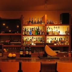 カウンター席の前には様々なお酒がズラリ。