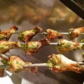 【タンドリーチキン(骨つき鶏モモ肉のスパイス漬け窯焼き)】骨付きのバーベキューチキン。