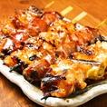 当店の看板料理の焼き鳥は新鮮な鶏肉に一本一本丁寧に串を打ち、炭火でじっくり炙り焼きします。香ばしい炭の香りが食欲をそそる、自慢の逸品!定番の精肉・ねぎまは勿論、脂の旨味がとろけるぼんじりやシマチョウなども1本単位でご注文可能!刺身や焼き魚も新鮮なものを使用しています。近鉄奈良駅前の居酒屋で今夜も乾杯