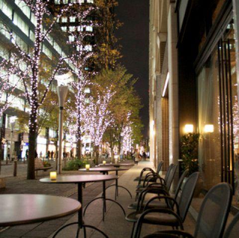 仲通りを眺めて乾杯。人気のテラス席。