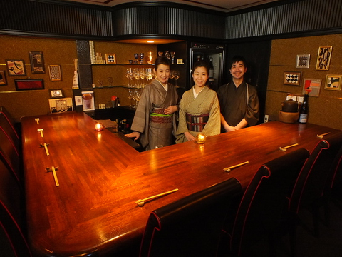 路地裏のアールデコ空間で日本酒とワインに浸る