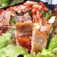 サンチュやサニーレタスで巻いて、さらにヘルシーに召し上がれ♪辛いものを食べて、汗をかいて美肌&健康になっちゃおう!