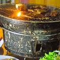 七輪の炭火でジュー!七輪におこした炭火で自分で肉を焼く。肉からしたたり落ちる油で炎があがり、立ち上る煙がたまらない。