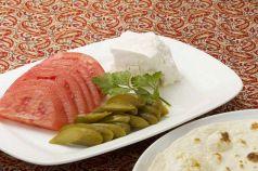 料理メニュー写真チーズ、ピクルス、トマトの盛り合わせ(ナン付き)