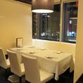 【半個室3席あり!】ロールカーテンのパテーションを降ろした半個室で夜景を見ながらお食事をお楽しみください。※対応人数有