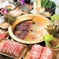 【火鍋】のこだわりの火鍋は、60種類以上もの材料を本場中国より仕入れております。飽きのこない美味しさを追求し絶妙な分量での調合を開発致しました。こちらの名物火鍋をお手軽にお召し上がりいただける宴会コースを2,980円~とリーズナブルにご用意!本場の味を心行くまでお楽しみくださいませ!