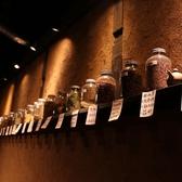 火鍋やお茶に使われる、各種薬膳の生薬は、インテリアにもなっています。