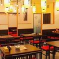にぎやかな店内は、テーブル席、カウンター席、座敷席に加えて、店外にもテーブル席があります◎総席数は83席!新世界に来たら、からさきで串カツ飲み会はいかがですか?11:00~営業しているのでお昼の飲み会も可能です!少人数~大人数まで、宴会でのご利用お待ちしています!!貸切も50名様~最大83名様まで可能です♪