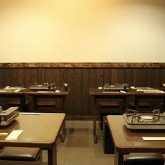<4名テーブル>気軽に利用できるカジュアル空間。仕事帰りなどにも◎