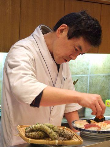真剣なまなざしで、一つ一つ丁寧に作られる寿司。職人の技が光る!