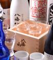 八海醸造の創業は大正11年。酒蔵のある南魚沼郡は、日本一美味しいコシヒカリの産地としても知られている豪雪地帯で、仕込の時期には深い雪で町が覆われます。新潟の酒特有の柔らかい含みと淡麗さの中に、酒本来の旨みと膨らみがある、雪解け水で作られたお酒です。