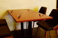 デートにも最適なゆったりとお食事を楽しめるテーブル席。隣の席をくっつけて2名様以上もOK!