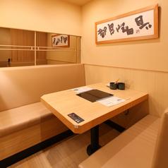 和を基調とした洗練された空間のテーブル席は様々なシーンでご利用頂けます。お料理の味と和の雰囲気がマッチして、最大限ふぐをお愉しみいただくこと間違いなし。ゆったりとした和空間で絶品の料理をご堪能ください。
