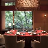 【プライベート空間で味わう上質なひととき 6名様まで】金色と朱赤をモチーフに優雅で洗練されたプライベート空間。季節に合わせて移ろうけやき並木を眺めながらお食事をお愉しみいただけるお席など趣の異なる5つのお部屋をご用意しております。※禁煙席(店内に喫煙スペースがございます)
