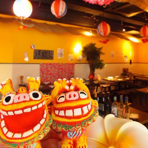 【沖縄の雰囲気漂う明るい店内】会社帰りに立ち寄りやすい雰囲気の店内。新宿エリアのご宴会は『沖縄ダイニング がじゅまる 新宿東南口店』にお任せください☆各種大きさの個室のご用意もあります。ゆったりとした楽しいひと時をお過ごしください。