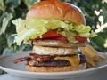 料理メニュー写真ハンバーガー(ベーコン&エッグ&チーズトッピング)