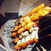 【シークカバブ(鶏ひき肉と野菜のつくね風窯焼き)】日本ではシシカバブとよばれることが多いです。タネを串に巻きつけていきます。均等な厚みに巻きつけるには、熟練の技が必要!