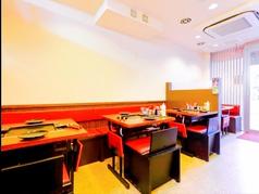 1階には2名様用のテーブル席が4卓あります。デートのご利用にはピッタリです。