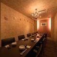 12名様迄の完全個室。和の空間の中にある唯一の洋風なお部屋。シャンデリアが明るく灯す空間で、同窓会やママ会にもどうぞ