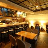 【キャンドル灯る落ち着いた雰囲気の店内】店内にはテーブル席やソファー席をご用意しております。テーブルの組み合わせで様々な人数のお集まりにご利用いただけます。