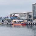 お店の向かいには、大人気の水中観光船「にじいろさかな号」が発着します☆三浦海岸からバスを乗り継ぎ30分で三崎港停留所すぐ